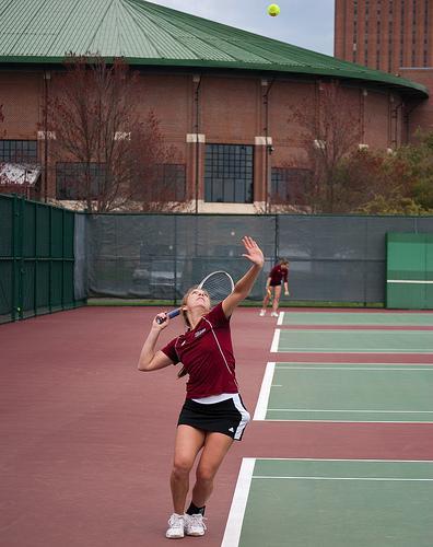 UMass senior  Jessica Podlofsky sets up a serve. (Rehan Talat/Daily Collegian)