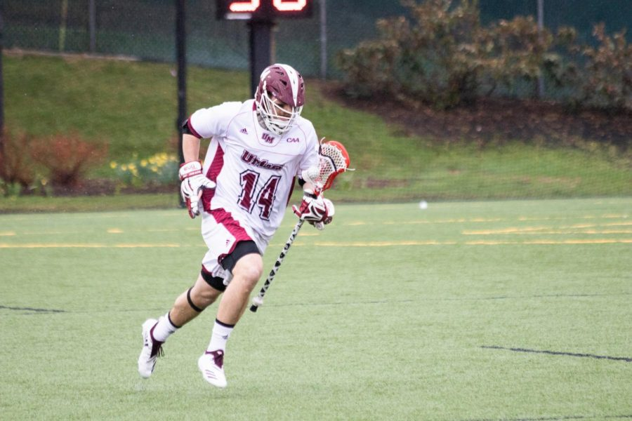 Jeff+Trainor+runs+with+the+ball+during+Friday%27s+win+over+Hofstra.+