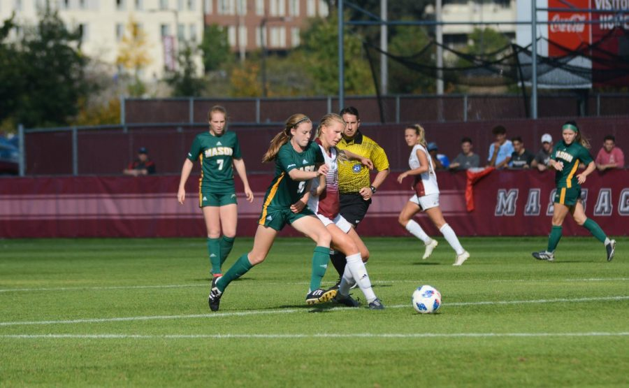 UMass+women%E2%80%99s+soccer+suffers+first+A-10+loss+of+the+season+in+physical+matchup+versus+George+Mason