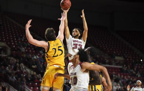 UMass men's basketball overcomes errors to defeat Quinnipiac