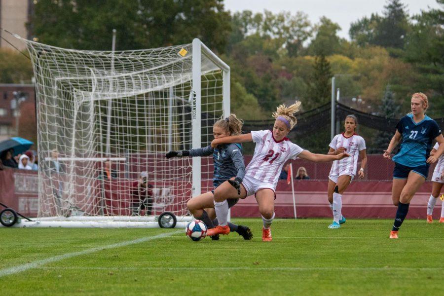 麻州大学女子足球队在加时赛中2-1险胜罗德岛队