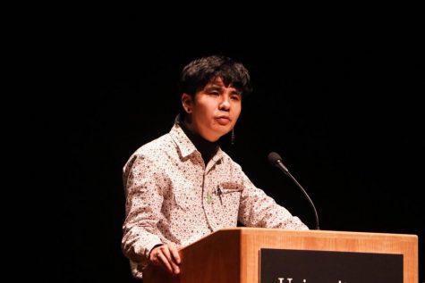 畅销书作者Ocean Vuong在麻州大学艺术中心举办阅读会
