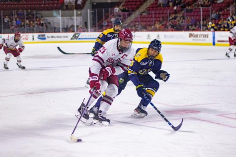 Hockey splits home series with UNH