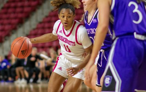 Minutewomen hold on for ugly win over Siena