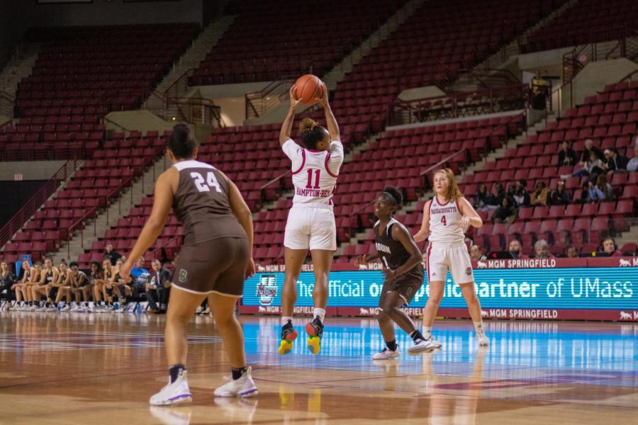 UMass women's basketball dominates the fourth quarter in a 76-62 win over La Salle
