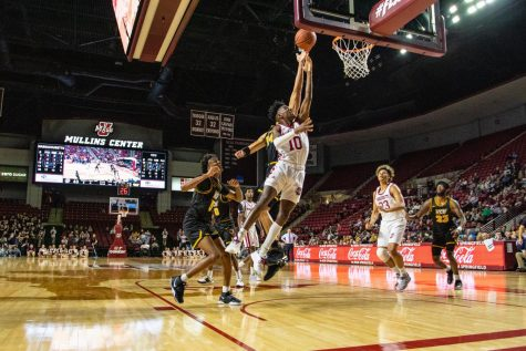 UMass men's basketball picks up key road win over La Salle