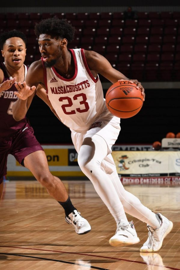 UMass' offense adapts without Tre Mitchell and Noah Fernandes, Minutemen win 60-54